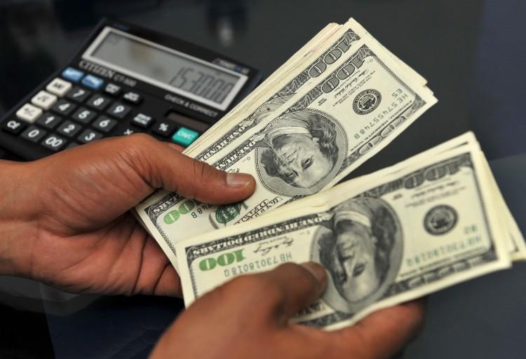 """هام.. انهيار مخيف للريال اليمني أمام العملات الاجنبية والدولار يقترب من """"500"""" ريال"""
