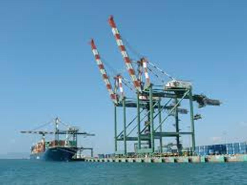 إدارة ميناء عدن: التحالف يمنع دخول 13 سفينة إلى الميناء وخطوط ملاحية توقف العمل في اليمن