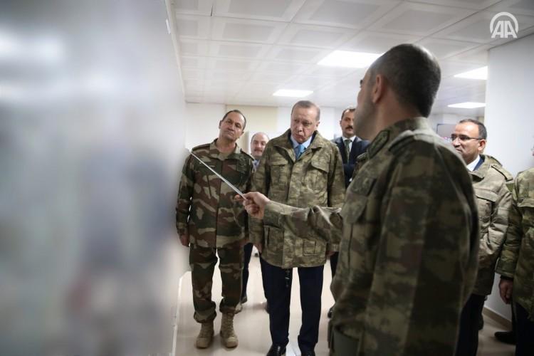 الرئيس التركي أردوغان يظهر لأول مرة بالزي العسكري (صور)