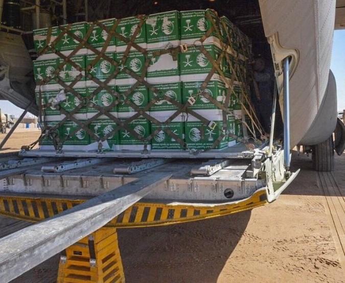 ضمن الجسر الجوي لخطة العمليات الإنسانية الشاملة… وصول طائرة سعودية تحمل مساعدات انسانية الى مأرب