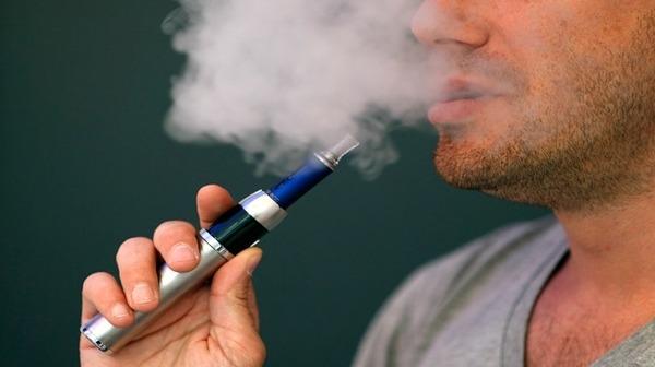 تدخين السجائر الإلكترونية يمكن أن يزيد خطر الإصابة بالسرطان والأمراض القلبية الوعائية.