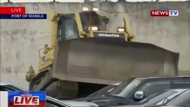 شاهد بالفيديو.. رئيس دولة يحطم عشرات السيارات الفارهة بنفسه