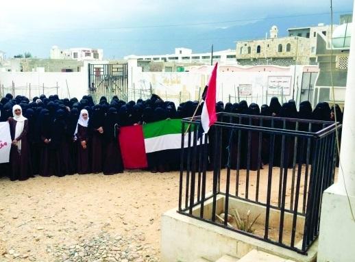 في سابقة خطيرة.. إجبار طالبات المدارس بسقطرى على ترديد النشيد الوطني الاماراتي بدلاً من اليمني