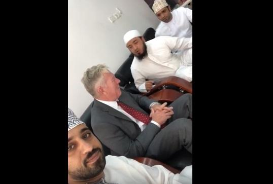 قائد في وزارة دفاع الجيش الأمريكي يعلن إسلامه في مسقط – فيديو