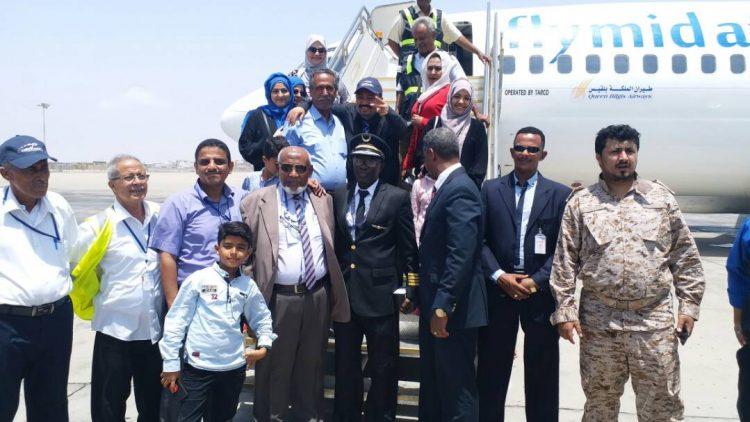 بالصور.. وصول أول رحلة تابعة لشركة طيران الملكة بلقيس إلى مطار عدن