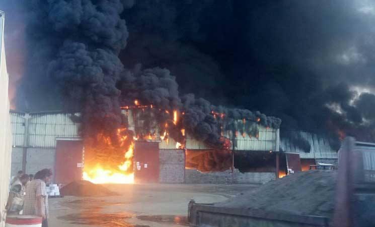 """""""موت وخراب ديار"""".. ماهي حقيقة حريق مخازن الغذاء وميناء الاصطياد بالحديدة؟!"""