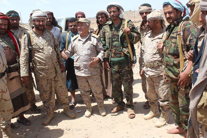 رئيس دائرة التوجيه المعنوي يزور جبهات القتال في محور البيضاء