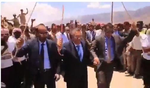 فيديو.. رئيس الوزراء بن دغر يشارك في رقصة سقطرية يعود تاريخها إلى ما قبل الامارات