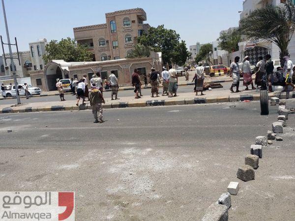 عدن.. محتجون يتظاهرون أمام منزل الميسري ويغلقون شارع كورنيش بالمنصورة  (صور)