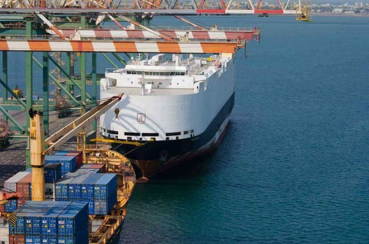 ناقلة السيارات العالمية ( باساما ) ترسو في محطة الحاويات في ميناء عدن
