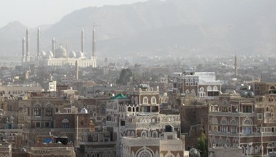 صنعاء – عسكريون يقطعون شارع المطار للمطالبة بالرواتب