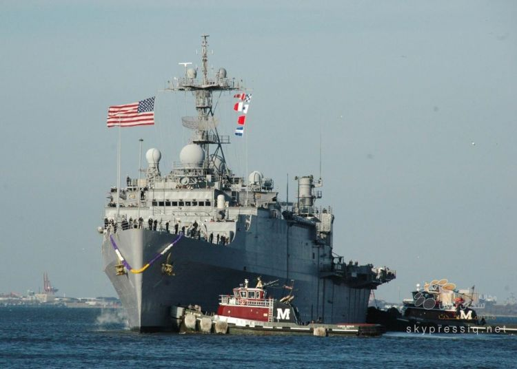 المدمرة الأمريكية «يو اس اس ماهان» تطلق النار باتجاه مركب للحرس الثوري بالخليج