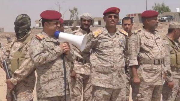"""رئيس هيئة الأركان يتفقد اللواء""""103 مشاة"""" ويشيد بتضحياته ومواقفه في معركة استعادة الدولة"""