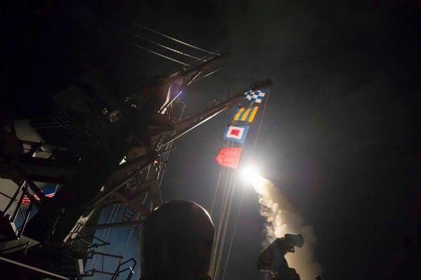 """أمريكا تقصف مواقع عسكرية لنظام الأسد بـ 59 صاروخاً """"فيديو"""""""