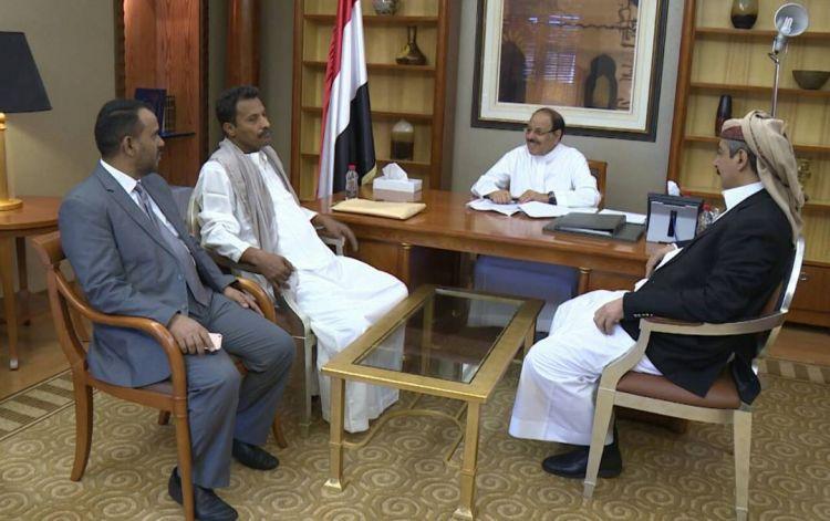 نائب الرئيس يلتقي محافظا جنوبيا في الرياض