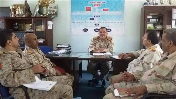 قيادة محور تعز تناقش اوضاع صرف الرواتب لافراد الجيش في المحافظة