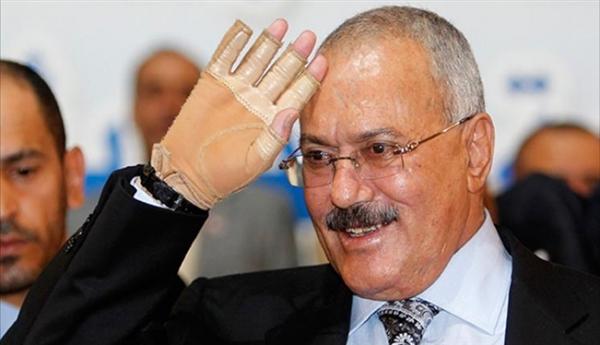 صحيفة: المخلوع صالح يحاول استقطاب قيادات بارزة من الحوثيين بعد اتهامهم بالفساد