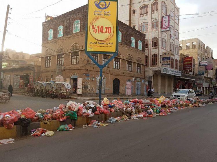 صنعاء تغرق في أكوام النفايات بعد توقيف الحوثيين رواتب عمال النظافة