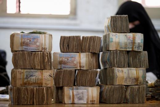 الحوثيون سبب انهيار العملة اليمنية