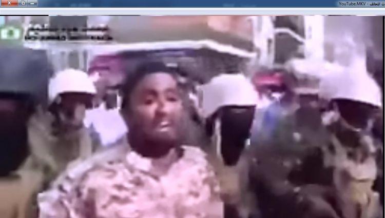 ضابط في قوات عيدروس يعلن التمرد ويقود مسيرة مسلحة