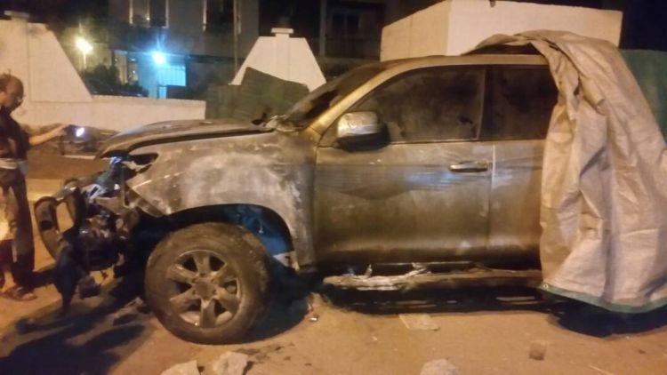 مجهولون يحرقون سيارة مدير عام كهرباء عدن ورئيس الوزراء يوجه بالتحقيق الفوري