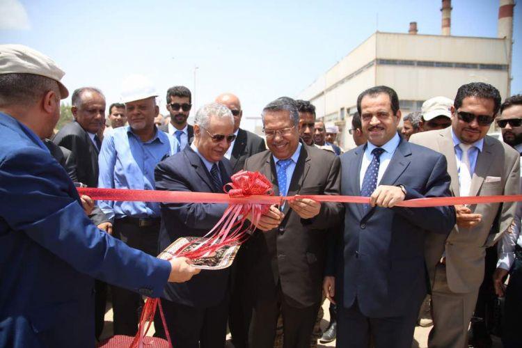 بعد وصوله إلى عدن برفقة المحافظ المفلحي رئيس الوزراء يفتتح المحطة الكهربائية الممولة من قطر بقدرة 60 ميجاوات