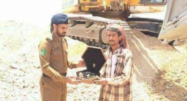 """الدفاع المدني السعودي يكرم مقيم يمني لإنقاذه شخص من تحت """"قلاب"""" – صورة"""