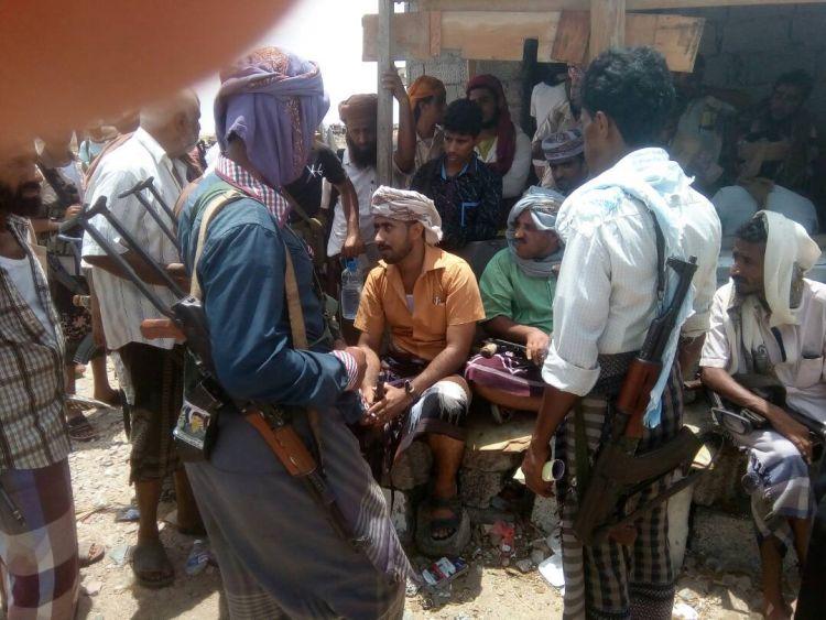 بالصور.. مواكب مسلحة من قبائل الصبيحة تحتشد على اطراف مدينة عدن غضباً من ممارسات الحزام الأمني