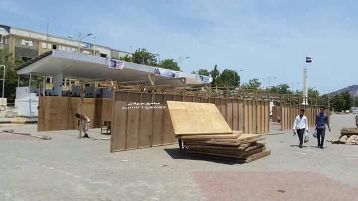 بالصور قبائل الصبيحة ينصبون الخيام الخشبية في ساحة العروض بعدن ويعلنون اعتصامهم حتى تسليم القتلة
