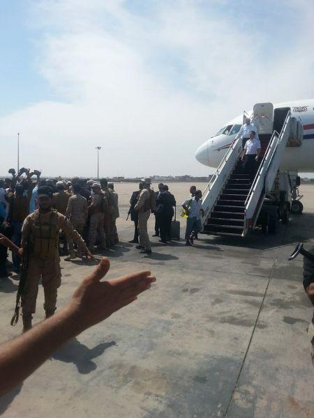 انباء عن مغادرة الزبيدي وشلال وبن بريك إلى الرياض على نفس الطائرة التي اقلت المحافظ المفلحي إلى عدن