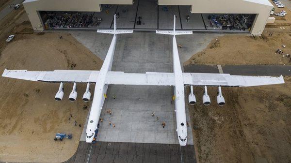 بالصور .. «شاهد» أكبر طائرة في العالم تخرج من مرآبها لأوّل مرّة ..وهذه مهامّها