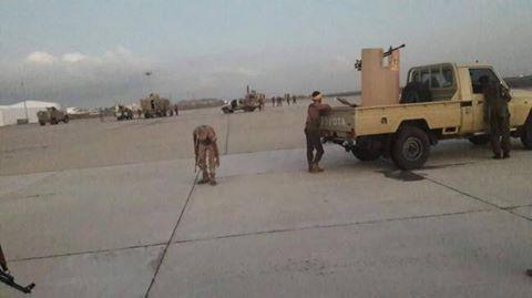 شاهد فيديو فضيحة لقوات الحزام الامني التابع للامارات وكيف يتعاملون مع جنود الشرعية في مطار عدن كأعداء