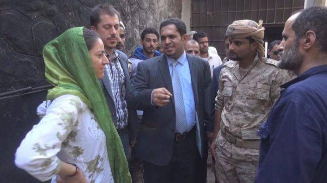 وزير في حكومة الشرعية مع بعثة دولية يتفقدا سجن المنصورة بعدن
