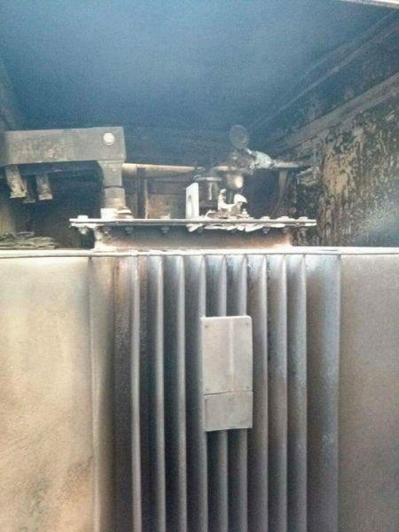 عدن: مسلح يطلق النار على محول كهربائي ويتسبب في نشوب حريق (صور)
