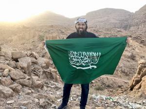 """اعلامي سعودي وهو يرفع علم بلاده يهدد الحوثي """"نحن هنا في ميدان السبعين"""""""
