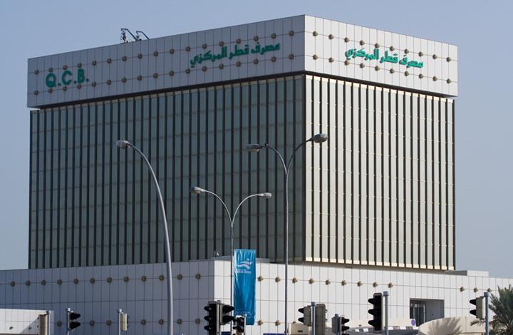 عملة قطر تتراجع أمام الدولار ومصرفيون يستبعدون خفض قيمتها