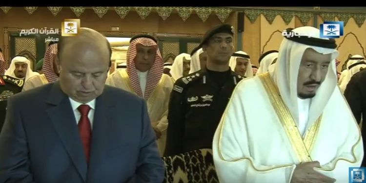 بالصور.. الرئيس هادي يؤدي صلاة عيد الفطر جوار الملك سلمان بالحرم المكي