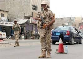 قوات من الحزام الامني تهاجم امهات المختطفين في عدن وتمنعها من الاقتراب من مقر التحالف