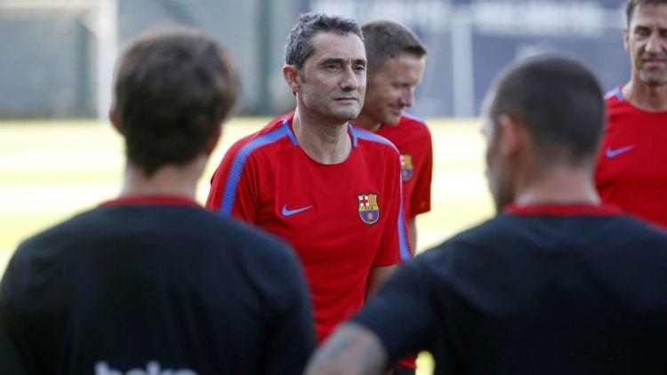 بالصور.. برشلونة يخوض أولى تدريباته بقيادة المدرب الجديد فالفيردي