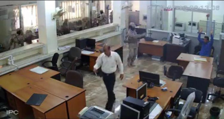 لاول مرة.. شاهد صورة واضحة لوجه احد افراد مهاجمي البنك الاهلي وقد سقط عنه القناع