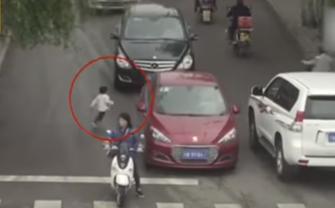 لن تصدق ما تراه… حقق اعلى مشاهدة على يوتيوب.. فيديو الطفلة التي دهستها سيارتان ولكنها لم تصب بأذى