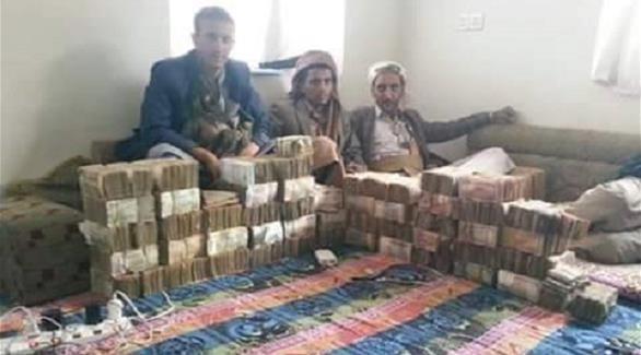 شاهد بالصور.. رواتب اليمنيين المنهوبة في بيت مشرف حوثي
