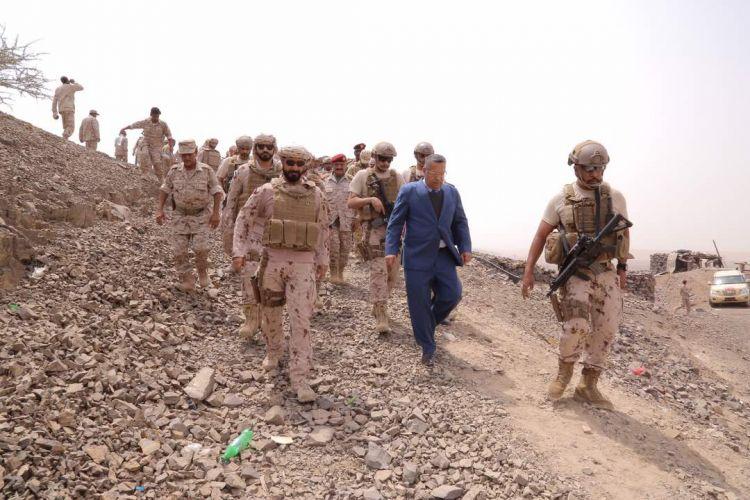 تعرف على المسؤول اليمني الذي يمشي في حقل الألغام بمهارة