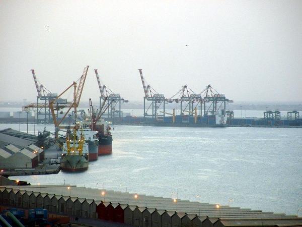 البدء بتفريغ شحنة سفينة مساعدات تركية في ميناء عدن