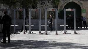 السلطات الاسرائيلية تبدا بإزالة الحواجز الالكترونية عن مداخل المسجد الاقصى