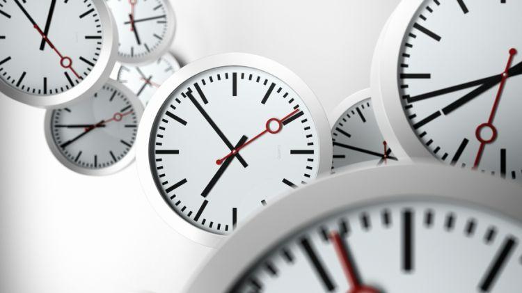 تفسير علمي.. لماذا يختلف شعورنا بالزمن بين البطئ والسرعة؟