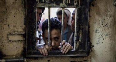 """لن تصدق ما تراه عينك..  صحفي أمريكي يسرب صورةً لتعذيب طفل في سجن """"المكلا"""" الذي تديره الإمارات"""