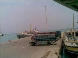 المليشيات الانقلابية تهاجم ميناء المخاء بقارب مفخخ