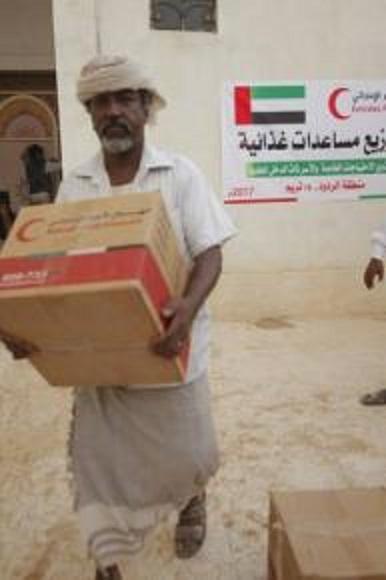 الهلال الاحمر الاماراتي يسير قافة مساعدات غذائية في تريم بحضرموت