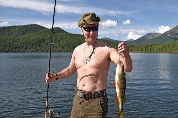 بالفيديو: الرئيس الروسي بوتين يصطاد السمك